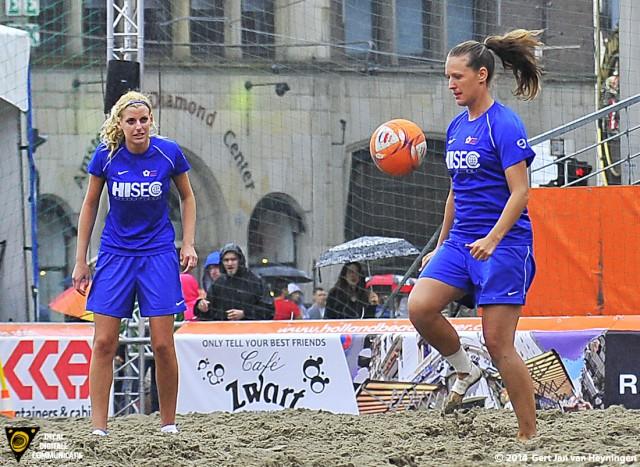 Twee oude bekenden tijdens het Nederland kampioenschap Beach Soccer 2011 op de Dam in Amsterdam. Links de blonde fee Lindsay de Zwart en rechts Ramona van der Harst.