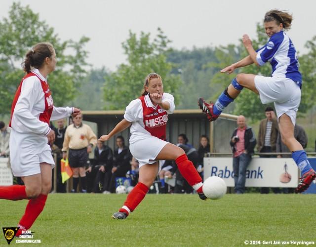 Ramona van der Harst in actie in Etten Leur tegen DSE voor een plek in de Hoofdklasse.