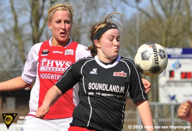Inge Buijs van SteDoCo wordt op de voet gevolgd door aanvoerster Marcha Duijkers van RCL.