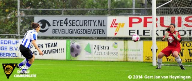 Thea de Blaeij scoort voor IJzendijke de 0-1 tegen Berkel.