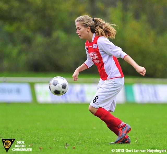 Jill Gotink van RCL sterk aan de bal die haar inspanningen bekroond zag worden met een doelpunt.