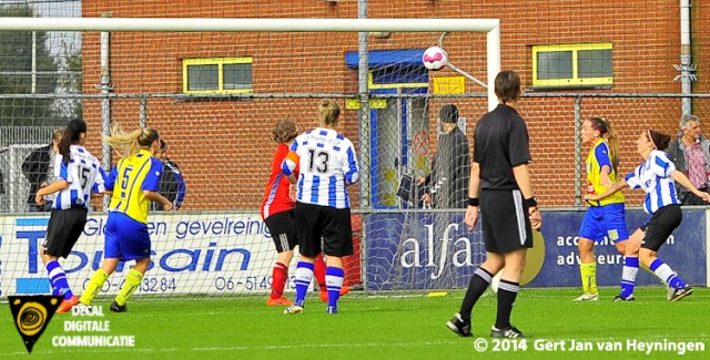 Lindy Hogedoorn van Berkel scoort de gelijkmakende 1-1 tegen IJzendijke.