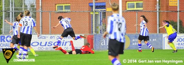 Natuurlijk Nadine Bier van Berkel die de thuisploeg naar 2-1 schiet tegen IJzendijke.
