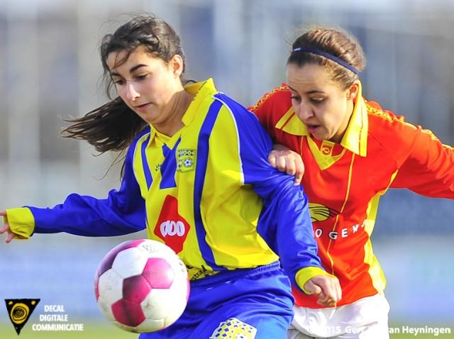 Romana Basilaris van Berkel in fel duel met Najat Hafid van Sporting.