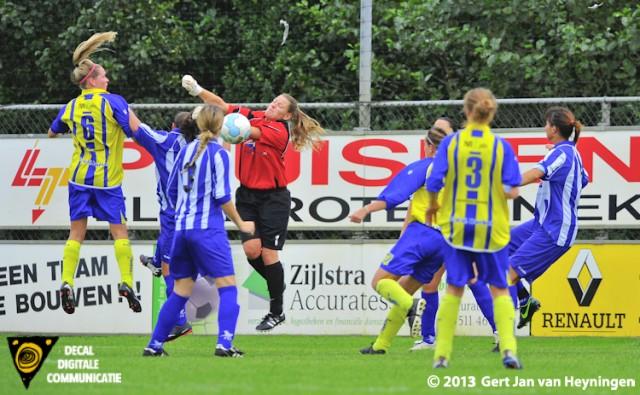 Chantal van Wijk van Berkel met een uitstekende kopbal die door doelvrouwe Shirley Kops van SVS werd weggewerkt.