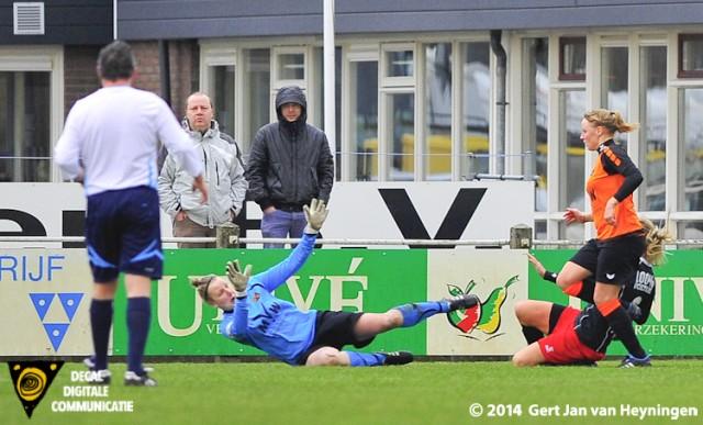 Kelly Bogaerts van SteDoCo scoort de aansluitingstreffer tegen Oranje Nassau.