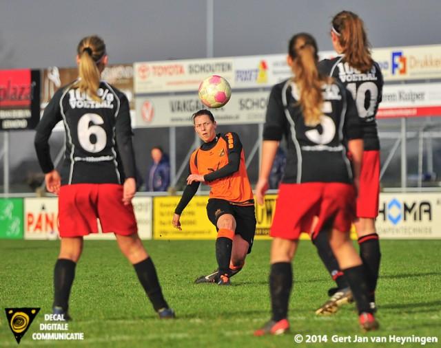 Een schitterende vrije trap van Marian Meijer van Oranje Nassau die doel gaat treffen. Het betekende tevens de 1-3 eindstand in het duel tussen SteDoCo en Oranje Nassau.