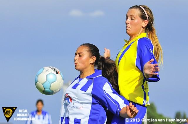 Links SVS speelster Dounia el Biyar en rechts Lindy Hogedoorn van thuisploeg Berkel.