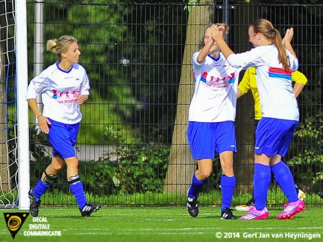 In het midden Selene van der Velden van Botlek die de gelijkmaker scoorde bij SVS.