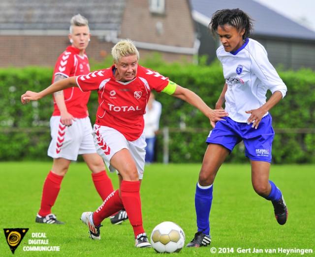 Rhoon aanvoerster Sandra van Tol in duel met Zwervers speelster Ennely Pinto.