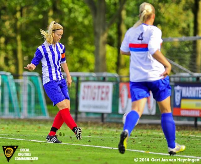SVS aanvoerster Linda Los gaat de 3-1 scoren tegen Botlek in het KNVB bekerduel. Miranda Stoevelaar van Botlek komt te laat.