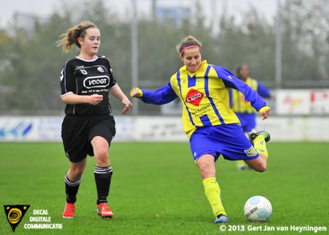 Linda van Campenhout van der Helm van Berkel sterk aan de bal in duel met Ingrid Brokke van Jodan Boys.