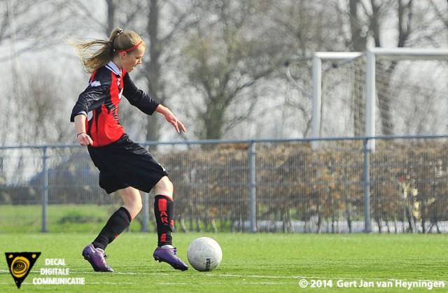Kirsten Hendriks van ARC op weg naar de 1-0 in het duel tegen RCL.
