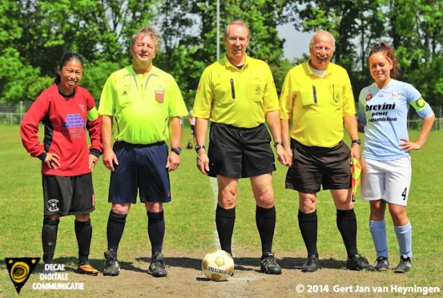 Van links naar rechts aanvoerster van FC Rijnvogels Jaclyn Leiwakabessy, assistent Nico van den Dop, leidsman John Evenwel, eerste assistent Henk van Rijn en RCL aanvoerster Stephanie Hartogs.