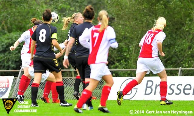 Quinty van der Velde van RCL kopt de bal in de touwen en zet RCL tegen Wartburgia op voorsprong.