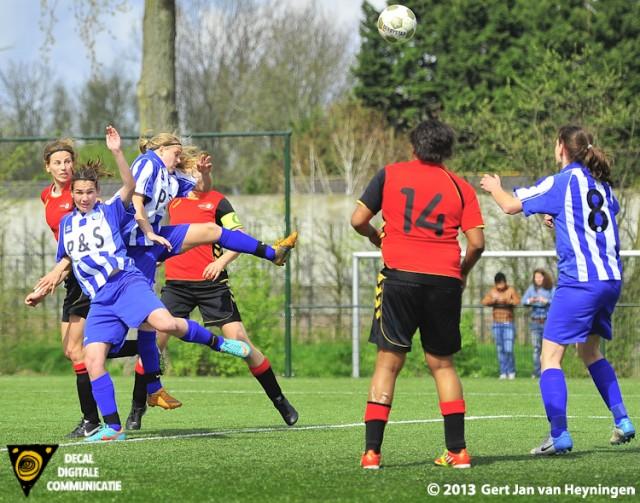 De kopbal van Leonoor van Nieuwenhuizen van Wartburgia onderweg naar het bevrijdende derde doelpunt.