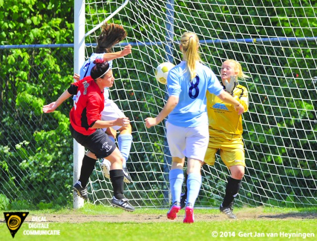 Malu Postel van RCL scoort in de rebound de openingstreffer in het duel tegen FC Rijnvogels.