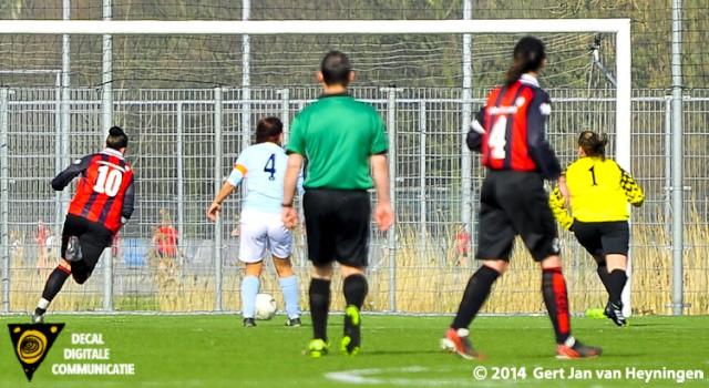 Nicole Zijderveld van ARC snel en behendig op weg naar de 2-1 voorsprong tegen RCL.
