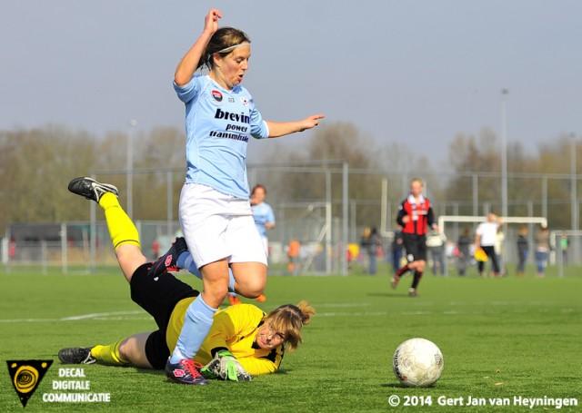 Uitstekend werk van ARC sluitpost Tiffany Graf die voorkomt dat  RCL spits Merel van den Eshof kan scoren.