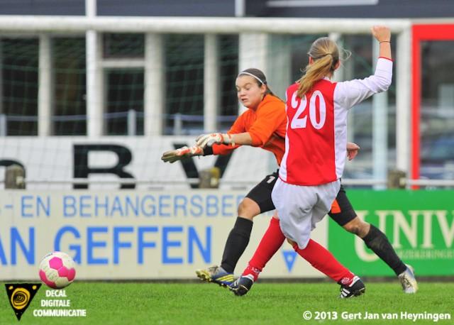 Op aangeven van Bianca van der Meer scoort Marijke van den Berg voor RCL in het bekerduel tegen SteDoCo de 0-1.