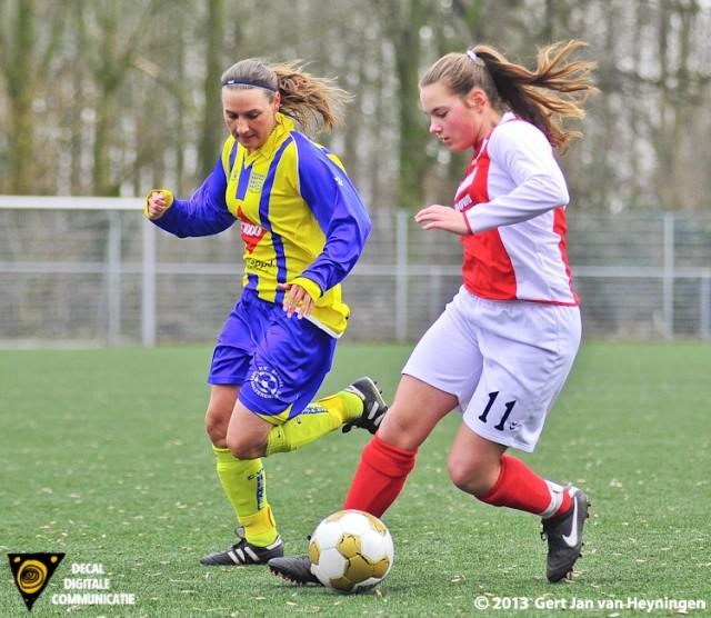 Nadine Bier van Berkel tracht de bal te onderscheppen in een rechtstreeks duel met RCL speelster Judith Hogendoorn. Enkele seconden later wordt het leer geblokt en de enkel van Bier slaat dubbel.