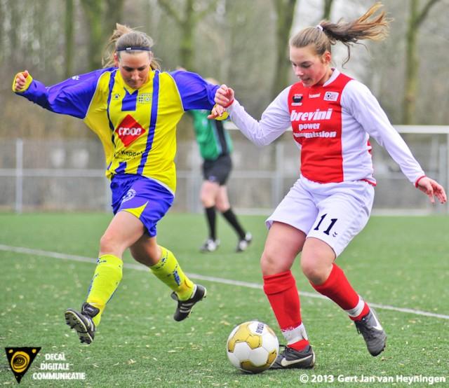 Een duel tussen Judith Hogenboom van RCL en Nadine Bier van Berkel. Op ongelukkige wijze wordt Nadine Bier aangetikt en moest noodgedwongen het veld verlaten.