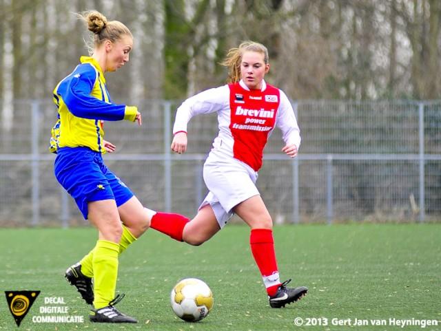 Melissa van den Berg van Berkel in duel met Judith Hogenboom van RCL.