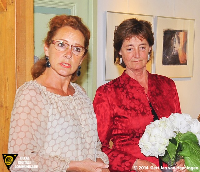 Kunst in de Polder met Cea Maat bij Galerie Kolff. Tijdens een kort openingswoord memoreerde kunstenaar Monique Zitman (links) de diverse technische vaardigheden van Cea Maat.