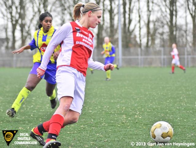 RCL - Berkel. De actieve Kirsten Kok van RCL vocht met Isabel Heinsbroek van Berkel menig duel uit in de slechts 21 minuten.