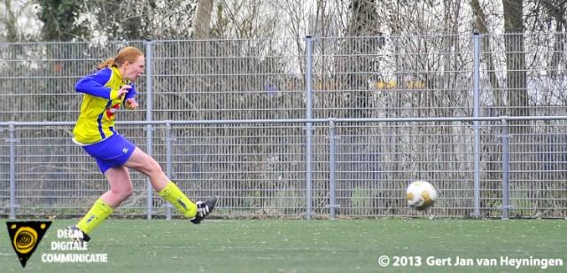 Berkel spits Silvia Boogaard op weg naar de 0-3 in het duel tegen RCL in Leiderdorp.