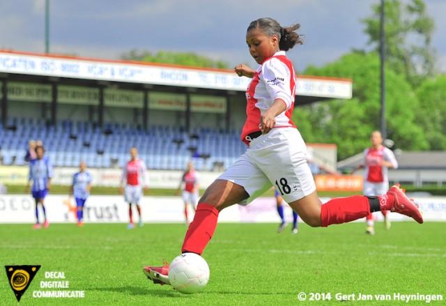 Lenie Mendes Fernandes van RCL op weg naar de 1-0 in de finale van de Regio Rijnmond Cup tegen SVS.