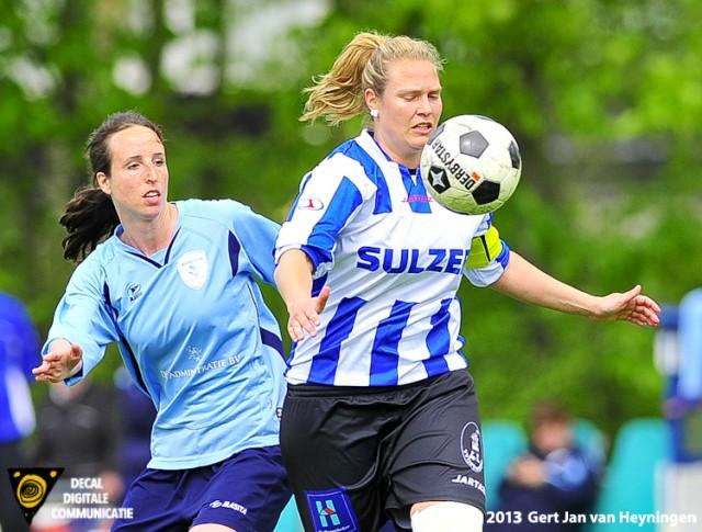 Prachtige sportieve duels tussen Anne Lieuwma van Zwervers en aanvoerster Maud Kuijpers van IJzendijke.