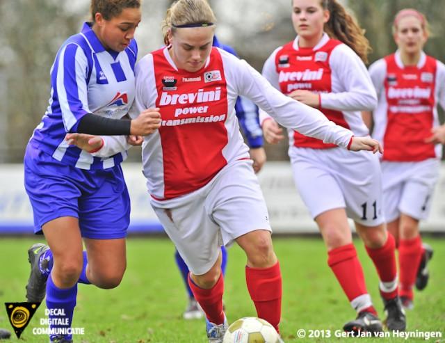 SVS verdedigster Felicia Roodbol volgt aanvalster Bianca van der Meer van RCL terwijl Judith Hogenboom en Lotte Verleng op de achtergrond meekijken.