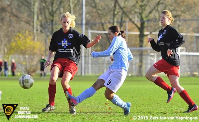 Samanta Stojanovic van RCL gaat op aangeven van Marcela Cabrera de gelijkmaker scoren tegen Barendrecht.