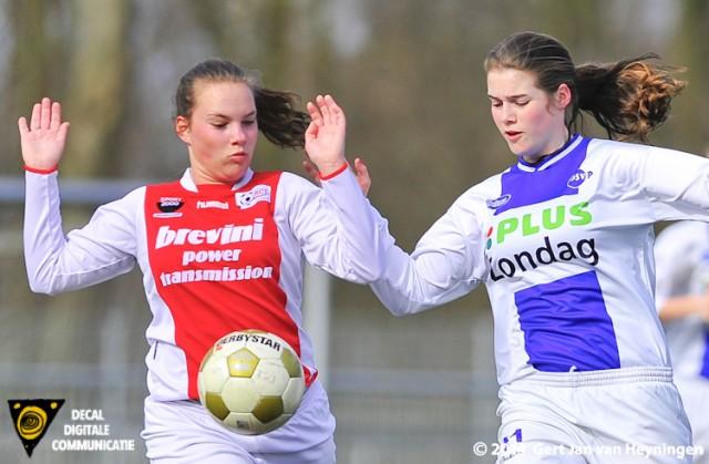 Judith Hogenboom van RCL in duel met Maritha Roeten van DSVP.