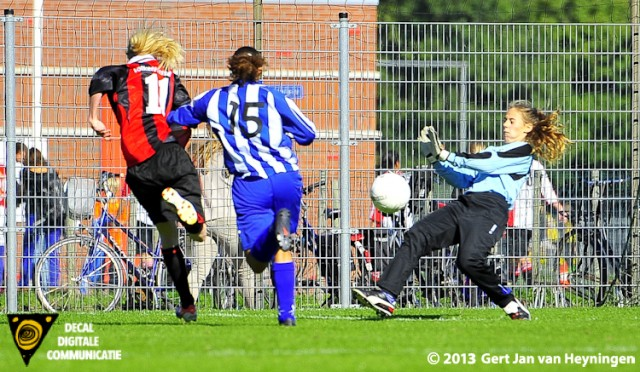 Op aangeven van Stefanie van der Hoorn gaat Justine Jansen de 1-0 voor ARC scoren in het duel tegen SVS.