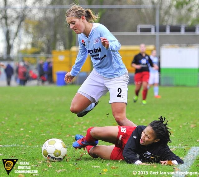 Merel van den Eshof van RCL in duel met Nasha Lopez van Barendrecht.