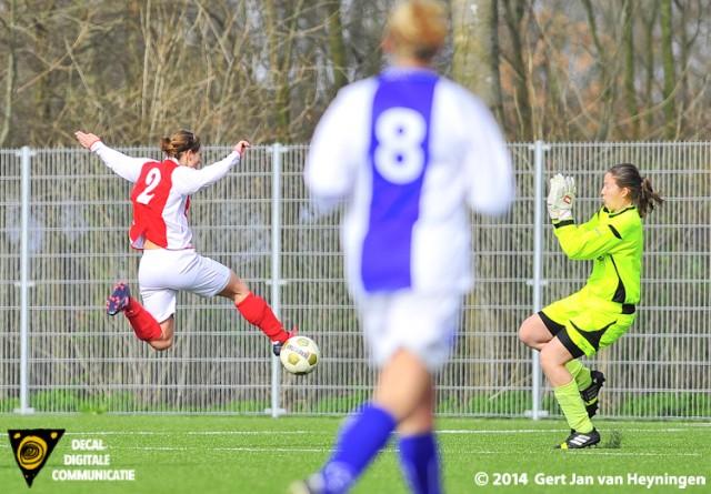 Merel van den Eshof na een pass van Maaike Toonen op weg na de 1-0 tin het duel tussen RCL en DSVP.