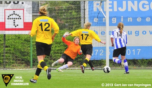 Christa Schelvis op weg naar de 4-1 voor Reiger Boys tegen IJzendijke.