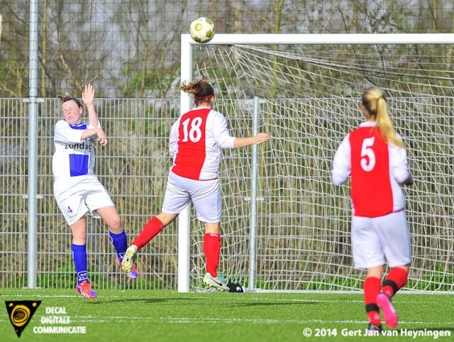 Bianca van der Meer scoort de 2-0 voor RCL in de wedstrijd tegen DSVP.