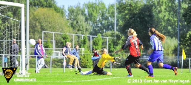 Maxime Hofman van SVS van afstand en de 1-3 voorsprong een feit in het duel tegen ARC.