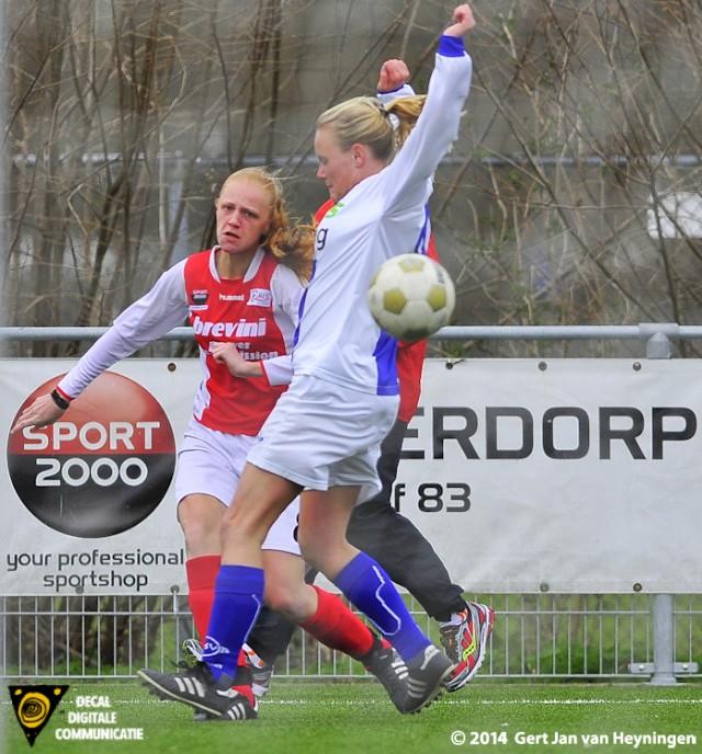 Melanie Seton van RCL met een strakke voorzet die Merel van den Eshof inkopte.