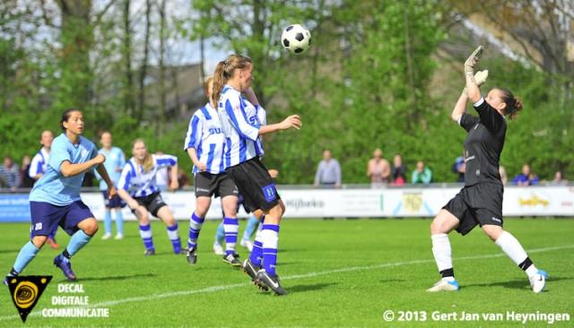 Uitstekend keeperswerk van Talitha de Jongh van Zwervers die het de voorwaartsen van IJzendijke onmogelijk maakt om te kunnen scoren.