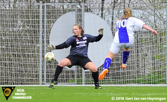 Susan van den Berg van DSVP scoort de 3-1.