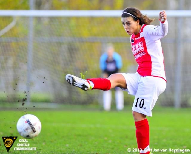 Ogenschijnlijk simpel voor Samira Benchamach van RCL die op aangeven van Stephanie Valk de 2-0 gaat scoren voor RCL tegen Reiger Boys.