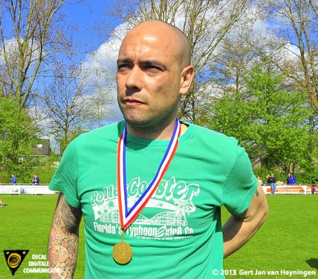 Coach Mauri Cabeza van Zwervers met de dik verdiende medaille om zijn nek kon de hele wereld aan maar bleef realistisch.