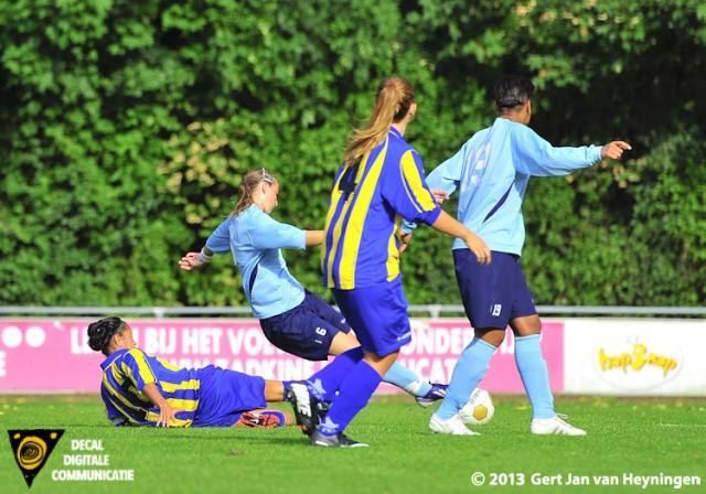 Een fraaie actie van Rosalie Hoogewerf van Zwervers in de derby tegen SVS. Kappen en draaien met rechts om vervolgens met links te gaan scoren. De 2-0 voor Zwervers wordt een feit.