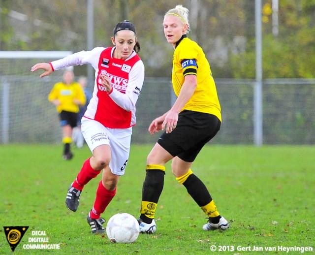 Drita Celaj van RCL passeert Aaike Verschoor van Reiger Boys.