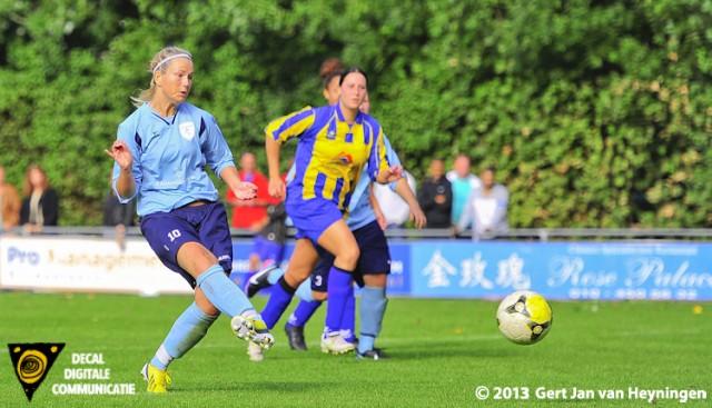 Linda Los gaat voor Zwervers vanaf elf meter de 3-0 scoren in de derby tegen SVS.