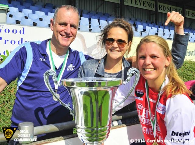 Links SVS coach Arry Willemsen met in het midden Lisette Graafland en rechts Marijke van den Berg die het winnende doelpunt scoorde met natuurlijk de grote bokaal.